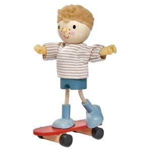 Tender Leaf Toys Poppenfamilie Popje Edward en zijn Skateboard